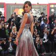 Izabel Goulart posa ao chegar para a exibição do longa 'O Primeiro Homem' no festival de Veneza