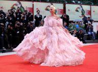 Estonteante! Lady Gaga usa Valentino com plumas no Festival de Veneza. Fotos!
