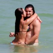 Bruno Gissoni e Yanna Lavigne namoram no mar enquanto Madalena dorme na areia