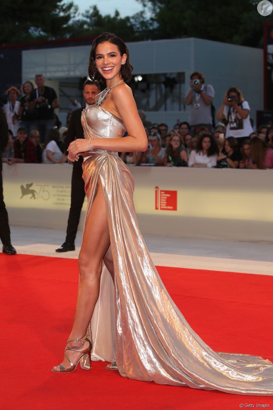 Bruna Marquezine deixou pernas à mostra em vestido fendado no Festival de Cinema de Veneza, na Itália
