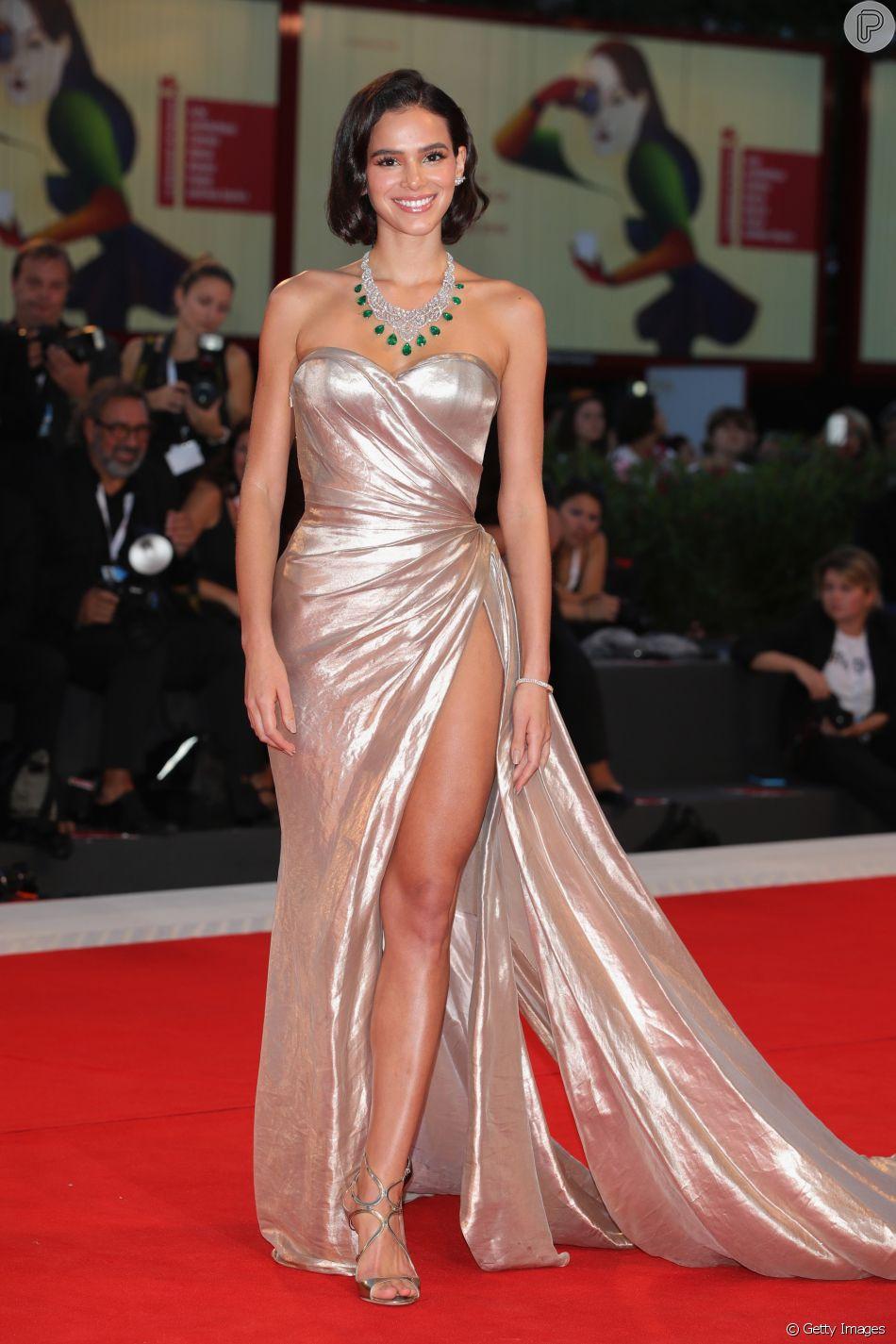 Bruna Marquezine apostou em vestido com superfenda para atravessar o tapete vermelho do filme 'The Sisters Brothers' neste domingo, dia 2 de setembro de 2018, no Festival de Veneza