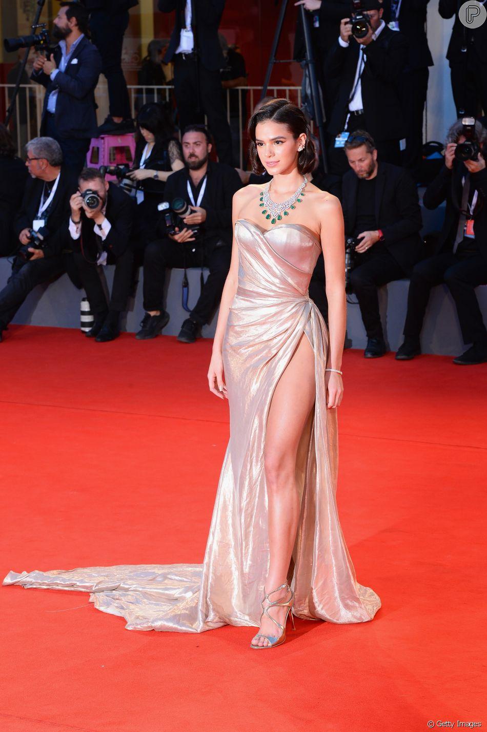 3dc6b433ef Bruna Marquezine exibe perna em fenda de vestido tomara que caia em ...