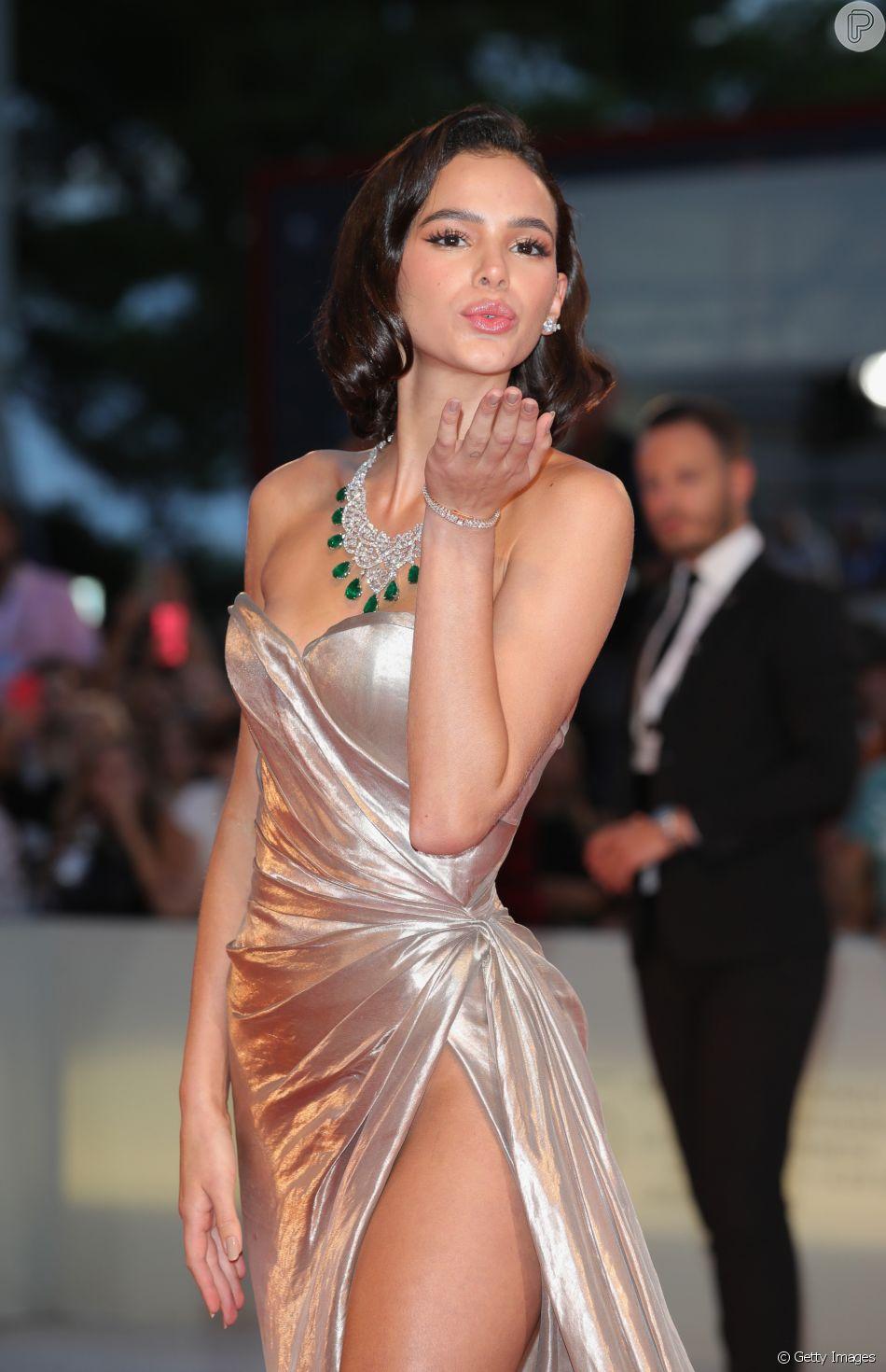 Bruna Marquezine manda um beijinho ao posar no red carpet do Festival de Veneza