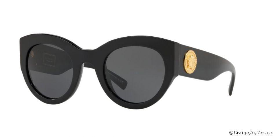 d06b42ee68a5f Bruna Marquezine usou óculos da coleção Tribute da Versace de R  1.220 em  passeio por Veneza