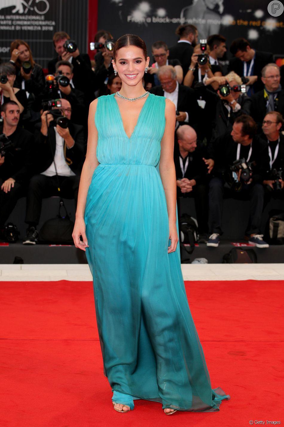 c129b51b015c9 Bruna Marquezine usou pijama vintage de seda com mangas largas e  comprimento curto nas pernas