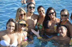 Caio Castro curte festa da piscina promovida por Claudia Leitte na Bahia