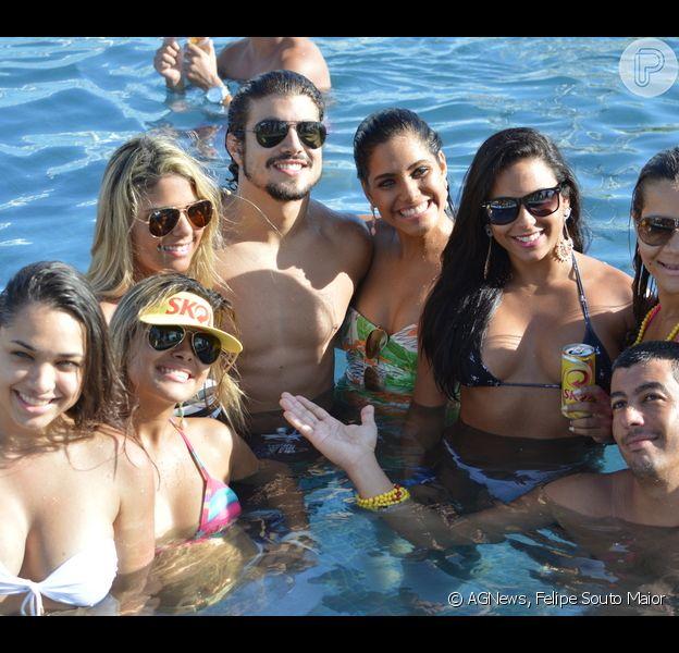 Caio Castro curte Pool Party rodeado de mulheres, no Hotel Claudia Leitte em Salvador, na Bahia