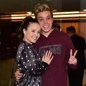 Leo Cidade surge loiro em ida a musical com Larissa Manoela: 'Me acostumando'