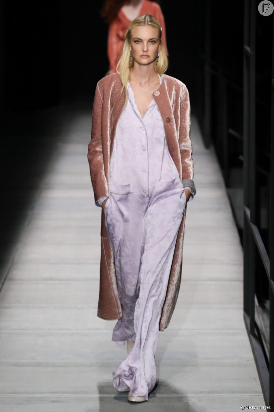Uma das cores do verão 2018, Lavanda é fácil de combinar e fica bom em quase todos os tipos de pele. Na passarela da Bottega Veneta, Carol Trentini mostra que rosa e lavanda são uma combinação chiquérrima