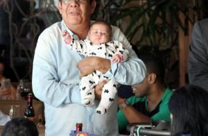 Zeca Pagodinho exibe orgulhoso a sua netinha, Catarina, em shopping do Rio