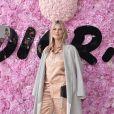 Kate Moss escolheu um modelo de pijama para prestigiar o último desfile masculino da Dior