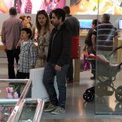 Nívea Stelmann passeia com os filhos e o marido no shopping