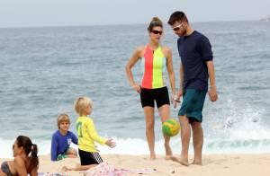 Fernanda Lima e Rodrigo Hilbert se beijam e brincam com filhos em praia do Rio