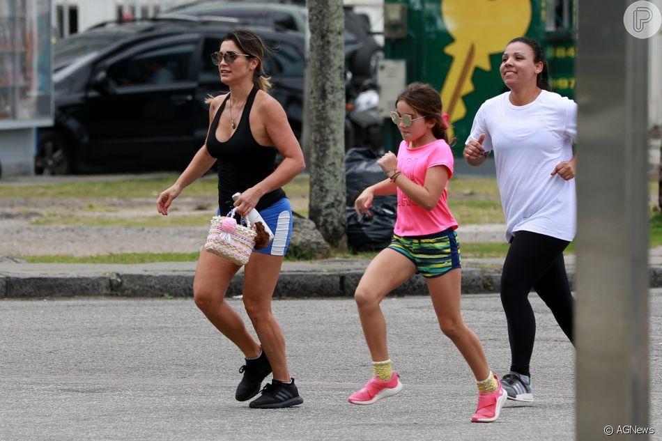 45cc8a3b801fa Malhação de mãe e filha  Alessandra pratica exercícios com Olívia ...
