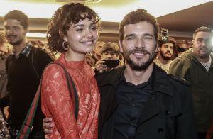 Daniel de Oliveira ganha beijo de Sophie Charlotte ao lançar filme no Rio. Fotos