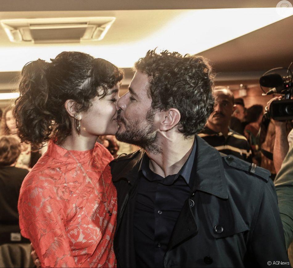 Daniel de Oliveira ganha beijo da mulher, Sophie Charlotte ao lançar o filme ' 10 Segundos Para Vencer'