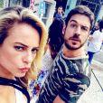 Paolla Oliveira se divertiu com o clique de Marco Pigossi