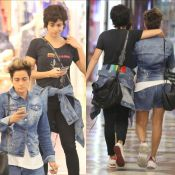 Chunky sneaker e jeans: Nanda Costa e Lan Lanh em passeio no shopping. Fotos!