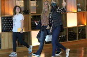 Ana Furtado, de máscara em shopping com filha e amiga, acena para fotógrafo