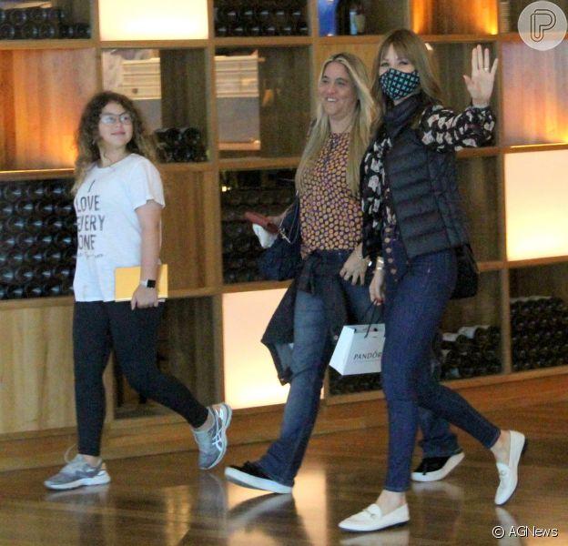 Ana Furtado, de máscara em shopping com filha e amiga, acena para fotógrafo em passeio nesta sexta-feira, dia 21 de setembro de 2018