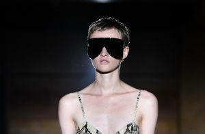 Óculos em estilo máscara e outros acessórios diferentões na Paris Fashion Week