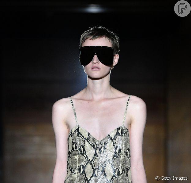 Óculos de máscaras e outros acessórios desfilados na Paris Fashion Week, que começou em 24 de setembro de 2018