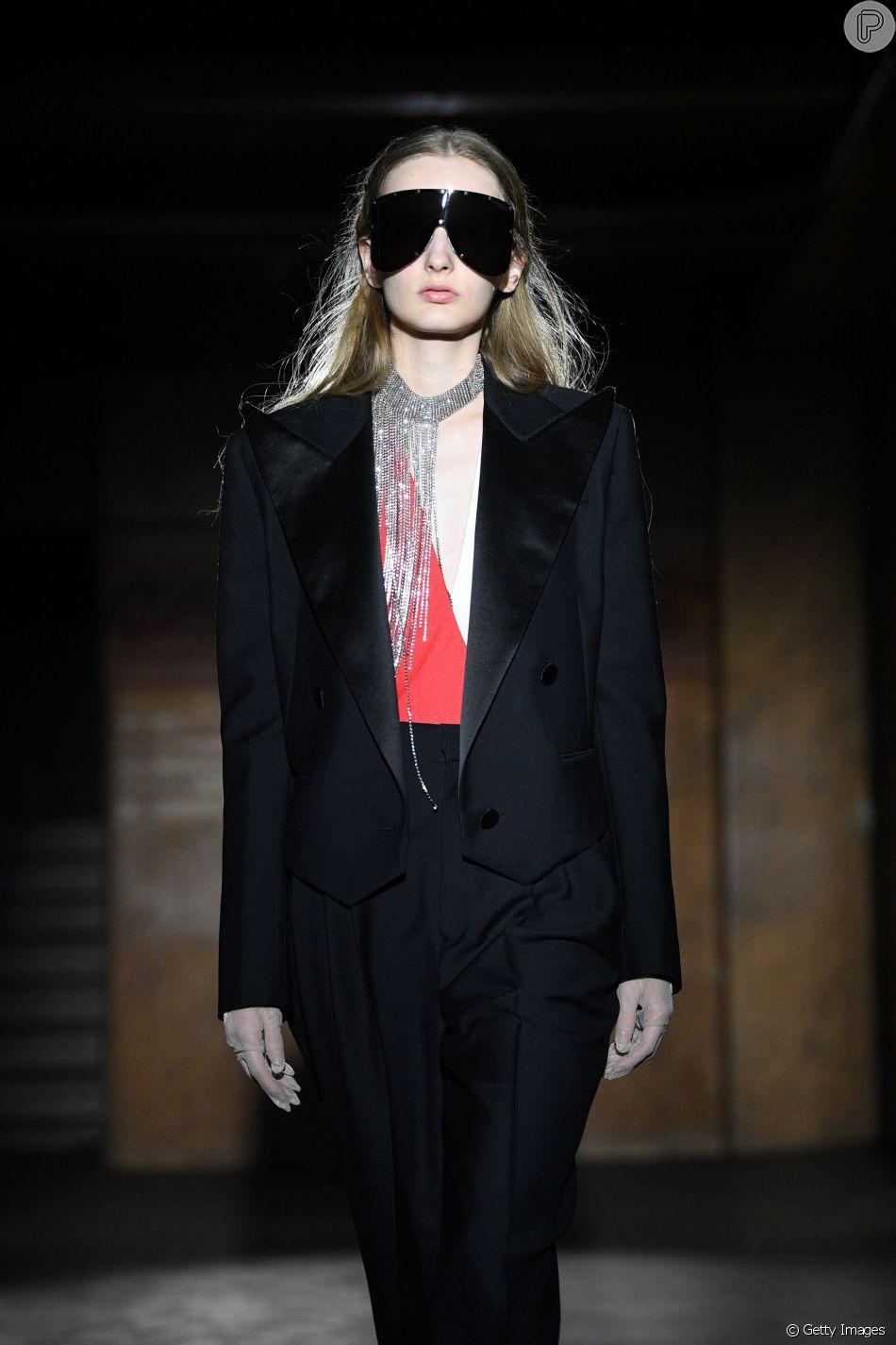 9c65a941abee3 Óculos de máscaras desfilados na passarela da Gucci na Semana de Moda de  Paris
