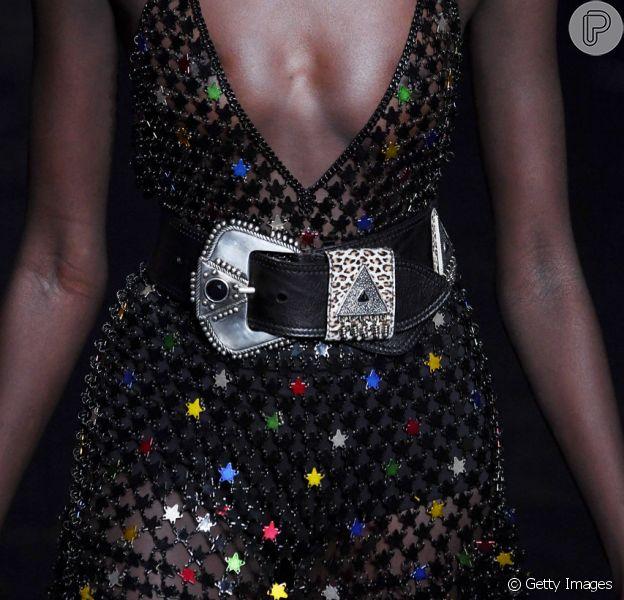 A grife Saint Laurent apostou na volta do cinto largo com fivela metalizada na Semana de Moda de Paris