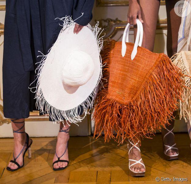 Os acessórios que vão te enfeitar no verão 2019: bolsas enormes e chapéu de palha da Jacquemus
