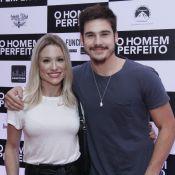 Nicolas Prattes prestigia Juliana Paiva em pré-estreia e posa abraçado à mãe
