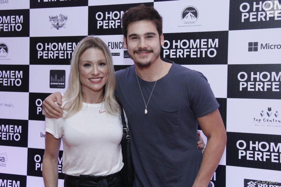 Nicolas Prattes leva a mãe,   Giselle, na  pré-estréia do filme 'O Homem Perfeito', no Kinoplex Leblon, zona sul do Rio de Janeiro, na noite desta quarta-feira, 26 de setembro de 2018