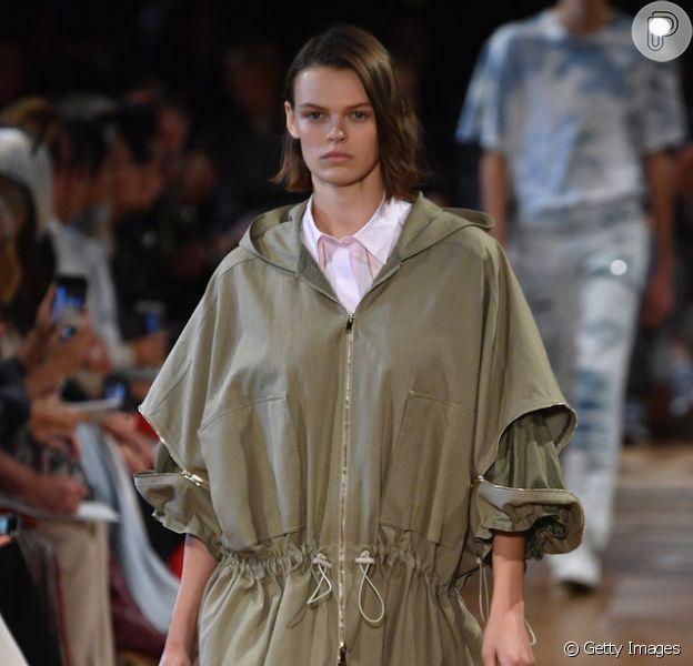 A Stella Mc Cartney investiu na praticidade da parka para compor o look