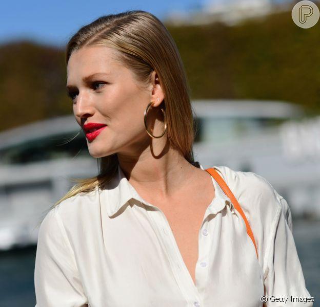 A argola é tendência e apareceu nos looks de street style na Semana de Moda de Paris, que apresentou as trends para o verão 2019