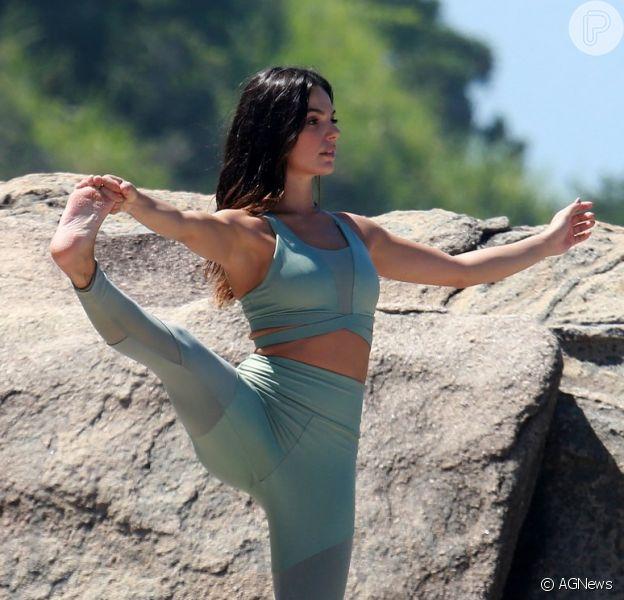 Grávida flexível! Aos 8 meses, Isis Valverde pratica pilates. Veja foto publicada pela atriz nesta sexta-feira, dia 05 de outubro de 2018