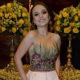 Larissa Manoela usou vestido bordado e florido no casamento da chef Beca Milano e o diretor Fernando Pelegio