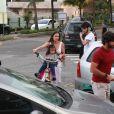 Deborah Secco e Hugo Moura são fotografados chegando em sessão eleitoral com a filha, Maria Flor