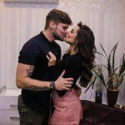 Namoro continua! Breno Simões e Paula Amorim se beijam em evento em SP