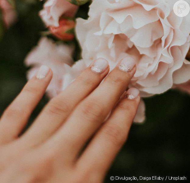 Veja como disfarçar unhas quebradas com um truque que envolve papel higiênico