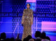 Brilho, rosa e P&B: confira looks das famosas no tapete vermelho do AMA Awards