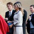 Discreta, Kate Moss optou por um modelo bicolor de poás para a cerimônia
