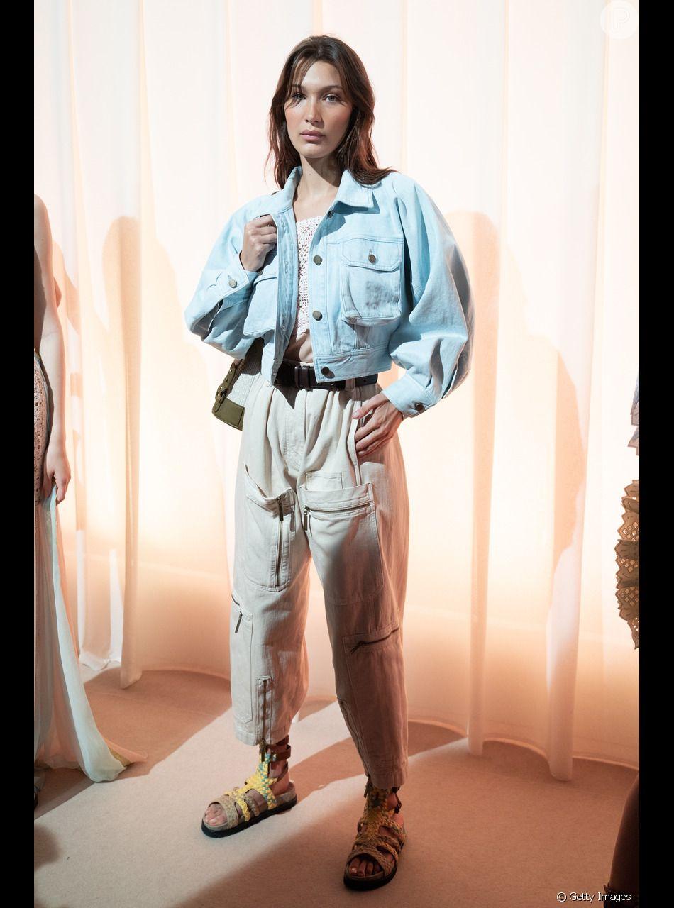 Calça cargo é trend: a grife italiana Alberta Ferretti apostou num modelo em off white vestido por Bella Hadid