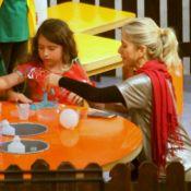 Hora da diversão! Leticia Spiller e filha brincam em área recreativa de shopping