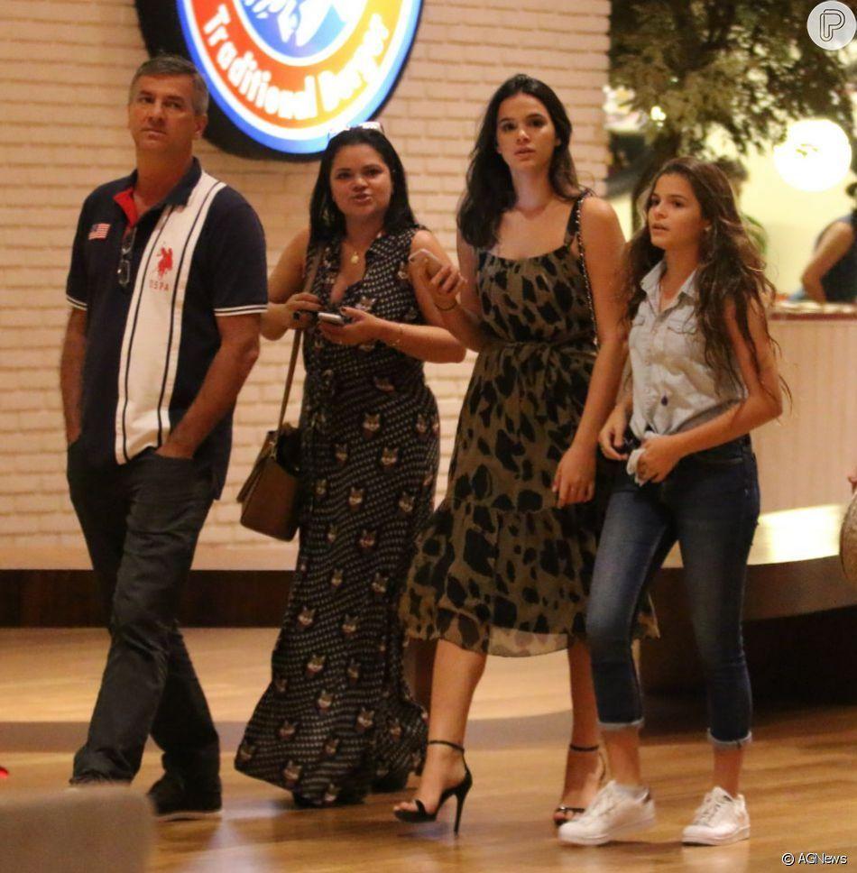 Bruna Marquezine levou a irmã, Luana, ao cabeleireiro neste sábado, 13 de outubro de 2018