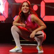 Anitta escorrega em palco molhado e brinca: 'Amei esse final!'. Veja vídeo!