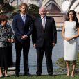 Meghan Markle e príncipe Harry foram recebidos por  Peter Cosgrove, o governador-geral da Austrália, e sua esposa, Lady Cosgrove, em Sidney