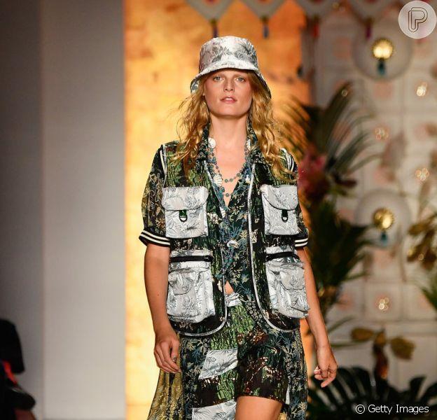 Colete é tendência nas passarelas: com bolsos gigantes em look de pegada tropical Anna Sui