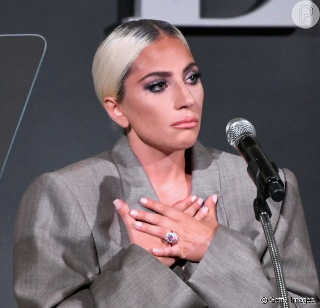 Lady Gaga exibe anel de R$ 1,5 milhão após confirmar noivado em evento nos Estados Unidos, em 17 de outubro de 2018