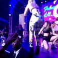 Iggy Azalea caiu do palco durante um show beneficente pré-VMA, no clube The Avalon, em Los Anegeles, na sexta-feira, 22 de agosto de 2014