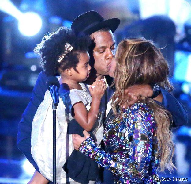 Beyoncé beija Jay-Z no palco após sua performance que durou 15 minutos, no Video Music Awards 2014, em 24 de agosto de 2014