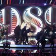 Taylor Swift faz a performance da música 'Shake it Off' no VMA 2014